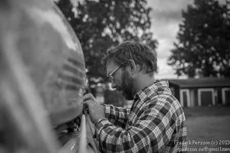 """Uffe gör en """"knut"""" för att hålla kanoten på plats."""